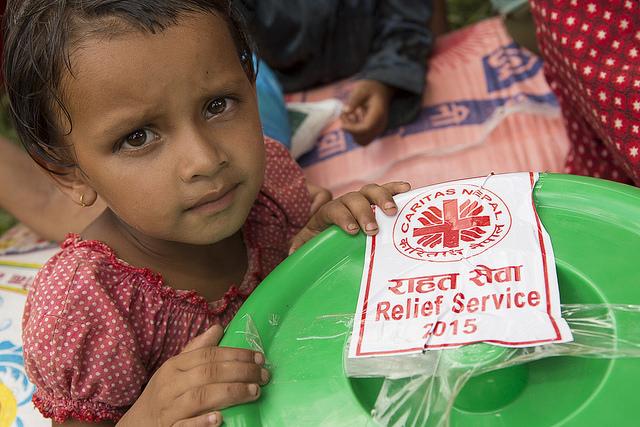 Caritas deler ut hygieneartikler og mat i Kavre-distriktet i Nepal etter jordskjelvet i 2015 (Foto: Lyell/CRS)