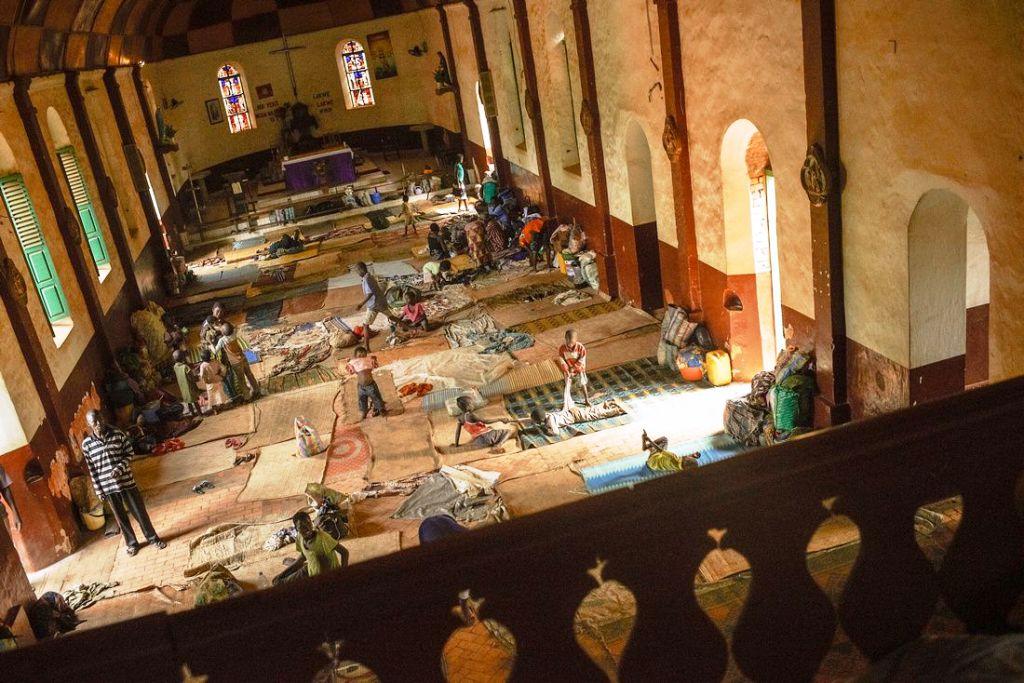 Internt fordrevne i den Sentralafrikanske republikk søker tilflukt i blant annet kirker (Foto Sam Phelps/CRS)